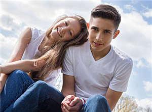 16岁高一女生出现早恋问题,父母粗暴阻止逼得女生要私奔