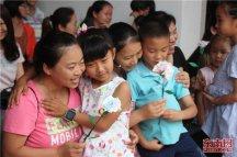 叛逆孩子学校母亲节活动,孩子们角色扮演感受母爱