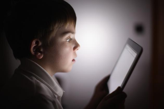 沉迷手机网络的孩子4.jpg